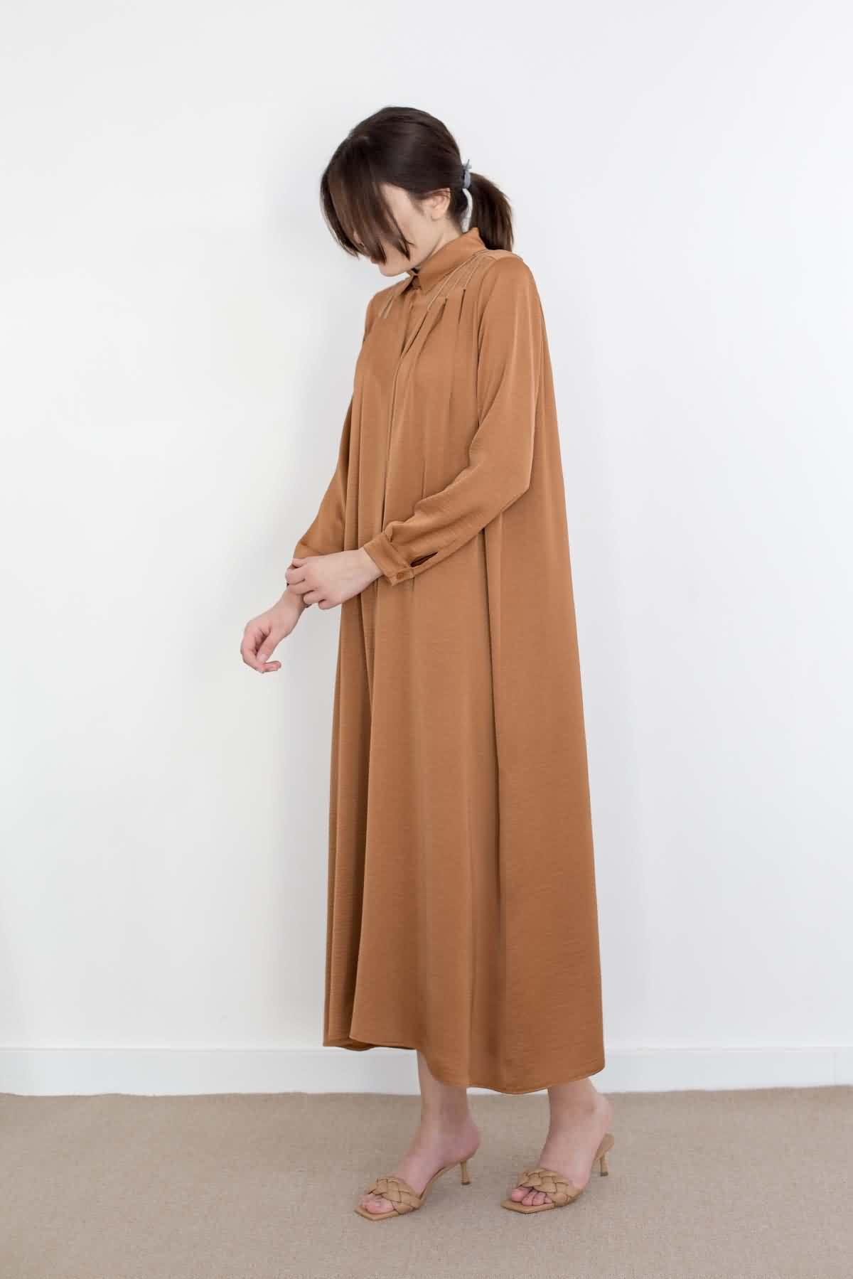 Mevra - Omzu Pileli Elbise Toffee